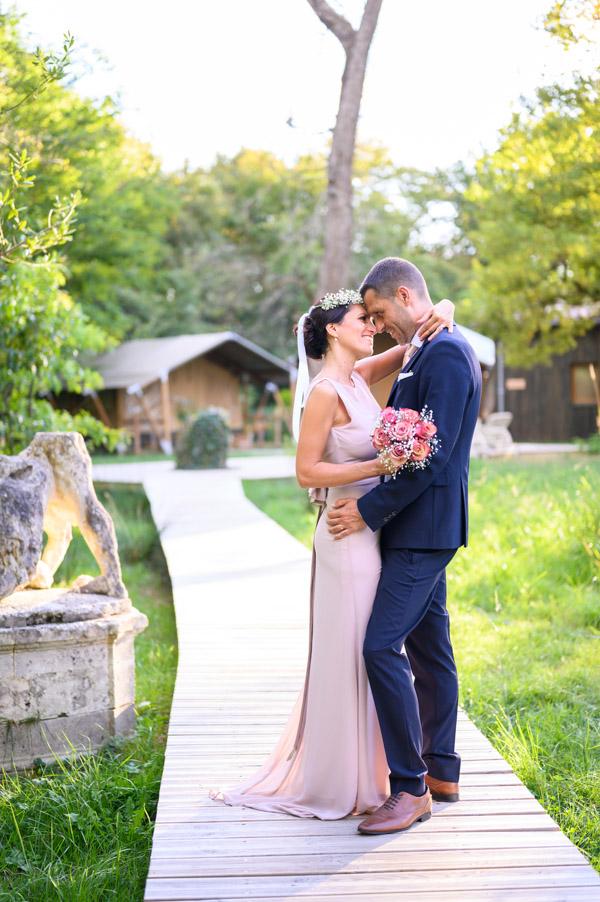 Couple de mariés au Domaine de Raba